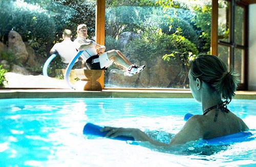 Aquagym dans la piscine de l'hôtel